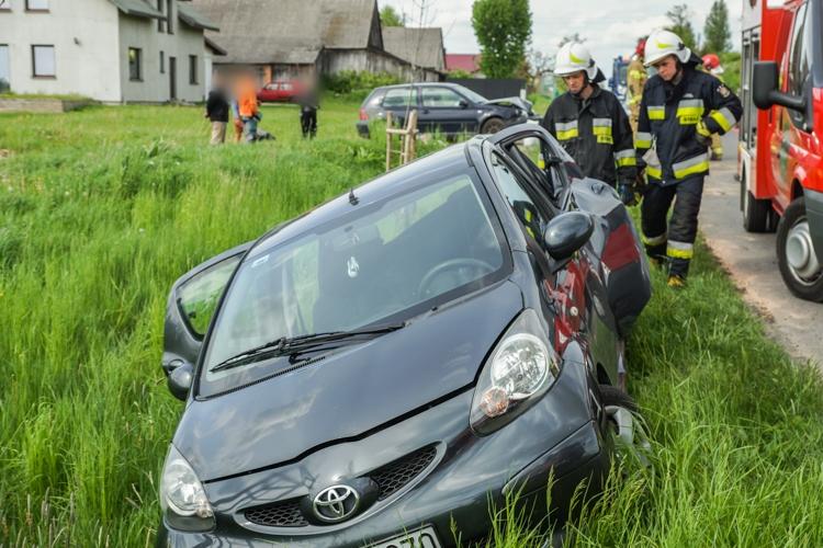 Uwaga kierowcy! Wypadek koło Bełchatowa, volkswagen wjechał w toyotę. Utrudnienia na drodze [FOTO] - Zdjęcie główne