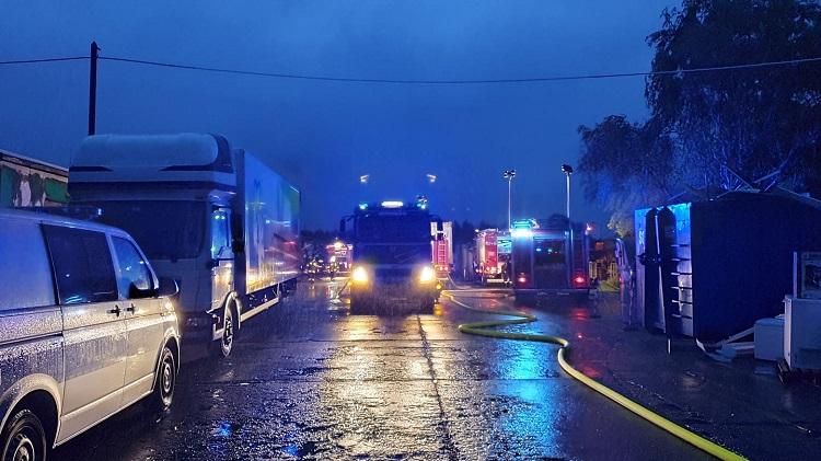 Kolejny pożar w strefie przemysłowej w Bogumiłowie. Ktoś podpalił halę z odpadami? [FOTO] - Zdjęcie główne