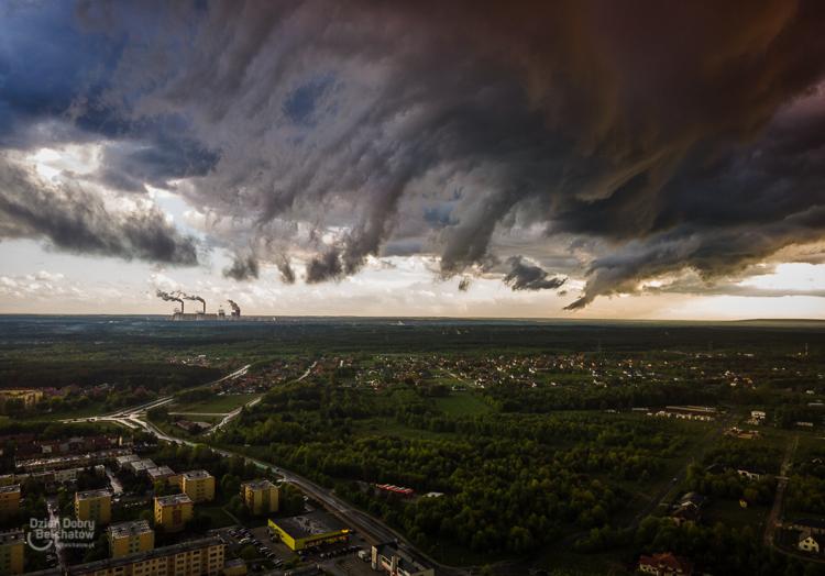 Burze, grad i silny wiatr w Bełchatowie. Wydano ostrzeżenie pogodowe  - Zdjęcie główne