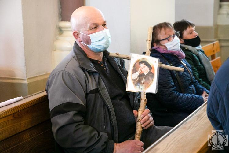 Pielgrzymują do tego miejsca koło Bełchatowa od wielu lat. Wierni modlili się przy grobie mistyczki [FOTO] - Zdjęcie główne