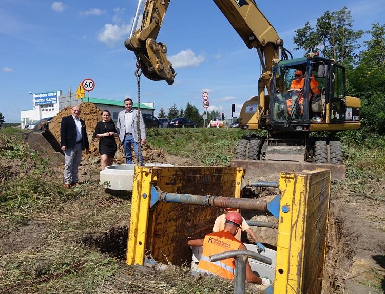Posłanka z wójtem na placu budowy koło Bełchatowa. Sprawdzali inwestycję za rządowe pieniądze [FOTO] - Zdjęcie główne