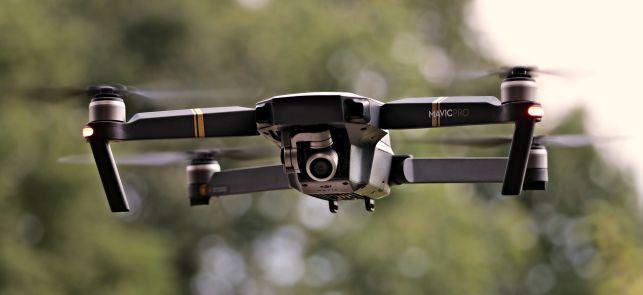 Grupa osób z dronem latającym nad kopalnią. Czy to Greenpeace? - Zdjęcie główne