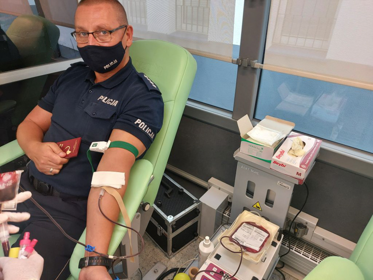 Oddali krew, by pomóc córce bełchatowskiego policjanta. Akcja krwiodawstwa pod komendą [FOTO] - Zdjęcie główne
