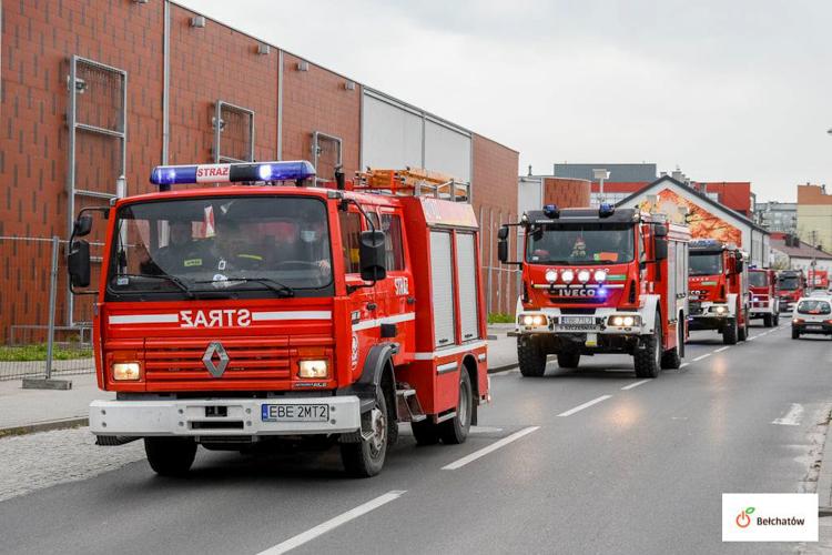 Sznur wozów strażackich i syreny w Bełchatowie. Tym razem druhowie... nie pędzili do pożaru [FOTO] - Zdjęcie główne
