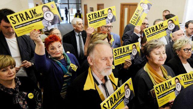 Nauczyciele rozpoczęli strajk. Jak sytuacja w Bełchatowie? - Zdjęcie główne