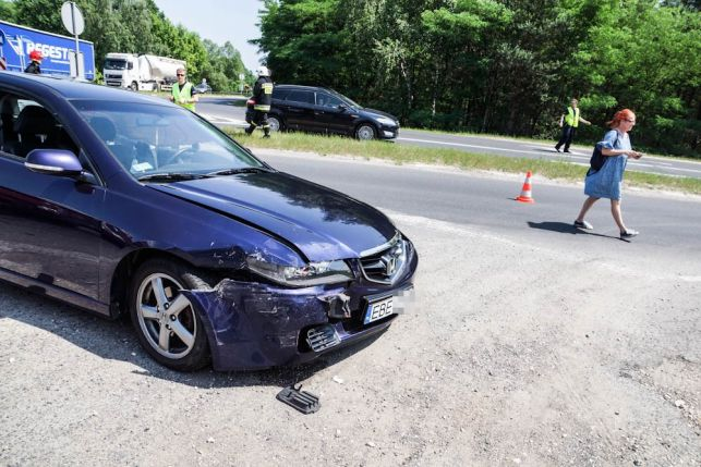 Wypadek na drodze do elektrowni. Zderzyły się trzy samochody [FOTO] - Zdjęcie główne
