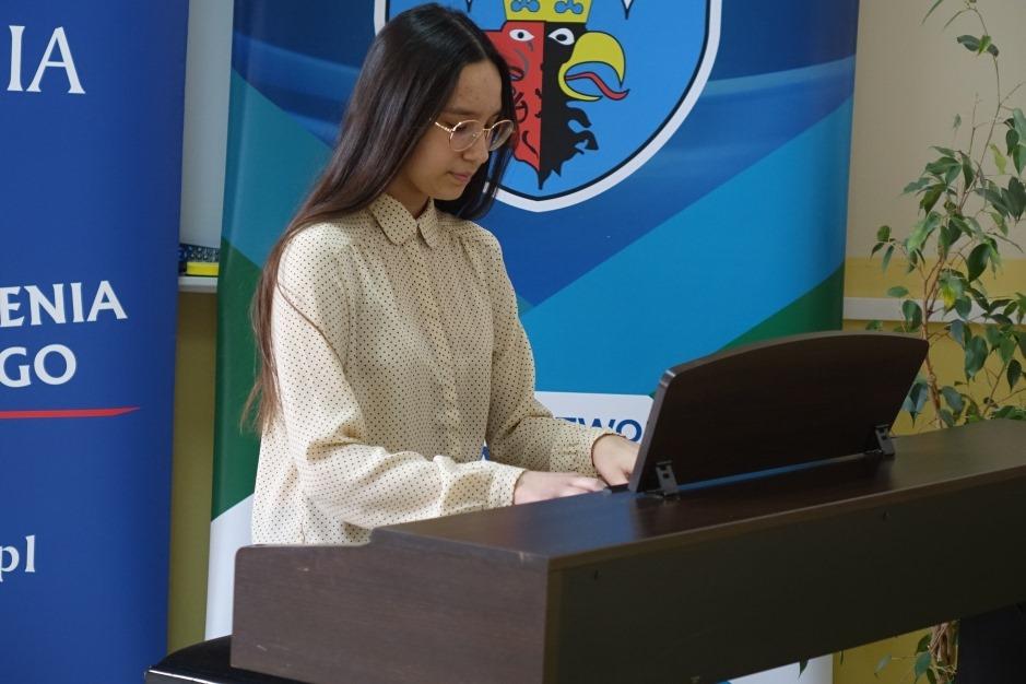 Młodzi artyści z powiatu bełchatowskiego pokazali swój talent. Międzyszkolny Konkurs Muzyczny za nami - Zdjęcie główne