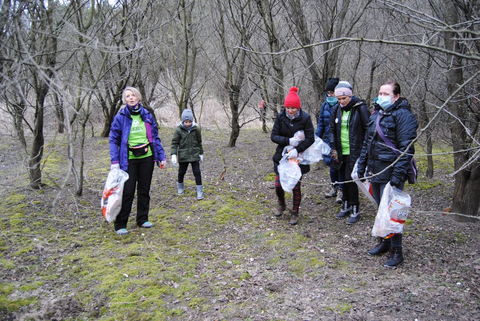 Miłośnicy czystych lasów z Bełchatowa znowu w akcji. Tym razem sprzątali w Kurnosie [FOTO] - Zdjęcie główne