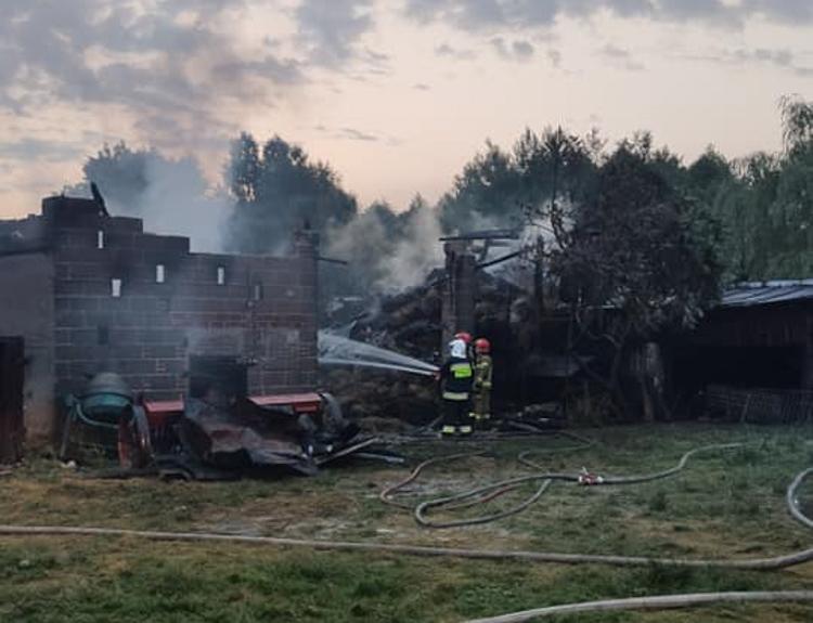 Uderzenie pioruna postawiło strażaków na nogi. Nocny pożar w Szczercowie [FOTO] - Zdjęcie główne