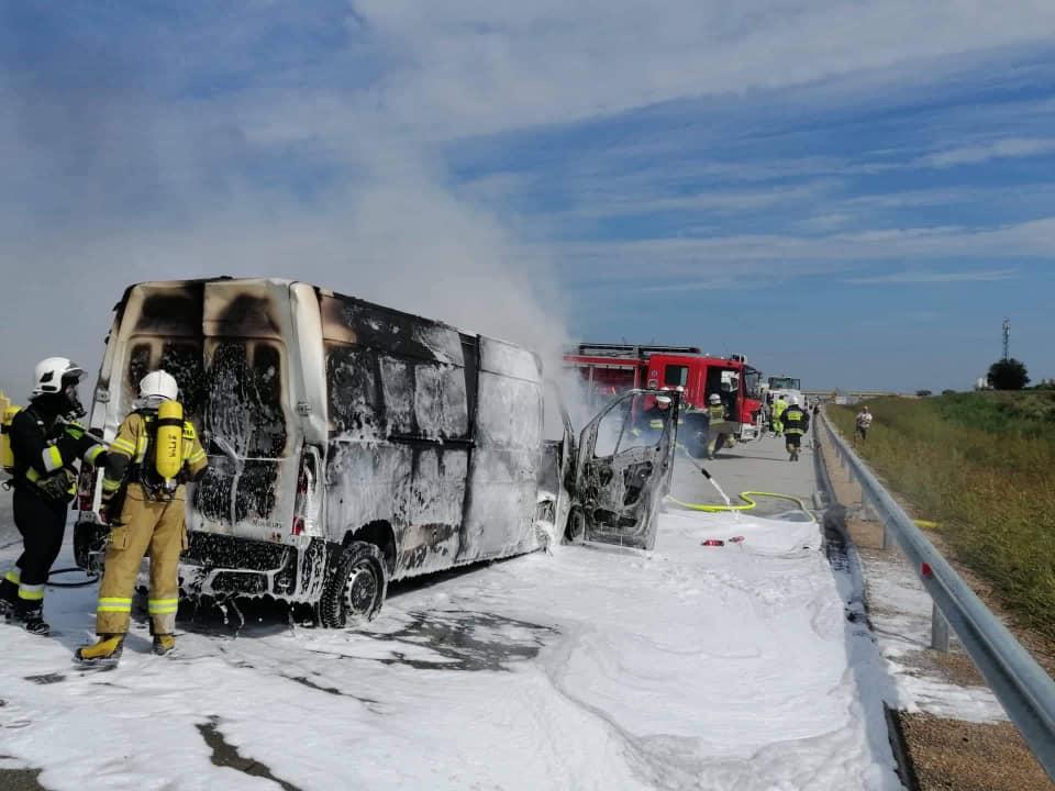Dwa wypadki z udziałem siedmiu samochodów. Bus doszczętnie spłonął [FOTO] - Zdjęcie główne