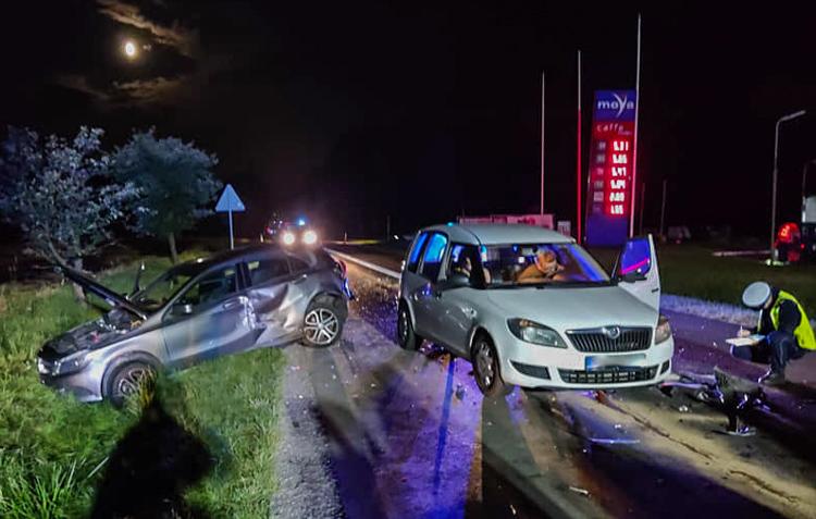 Zderzenie czterech osobówek w Drużbicach, dwie osoby w szpitalu. Pijany sprawca uciekł z miejsca zdarzenia [FOTO] - Zdjęcie główne