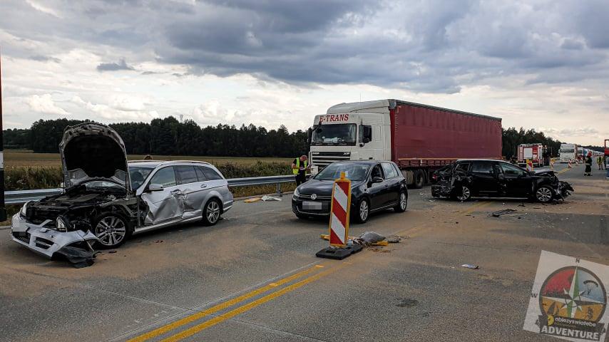 Zderzenie pięciu pojazdów, są ranni. Wezwano śmigłowiec LPR [FOTO] - Zdjęcie główne