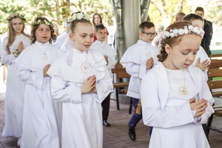 Pierwsza komunia święta w Bełchatowie. Uroczystości w parafii pw. Narodzenia NMP przy ulicy Kościuszki [FOTO] - Zdjęcie główne