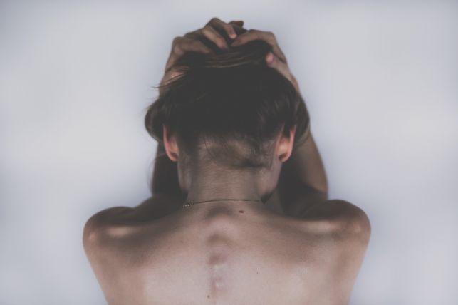Lordoza szyjna – zniesiona i spłycona. Czym jest i jak ją leczyć? - Zdjęcie główne