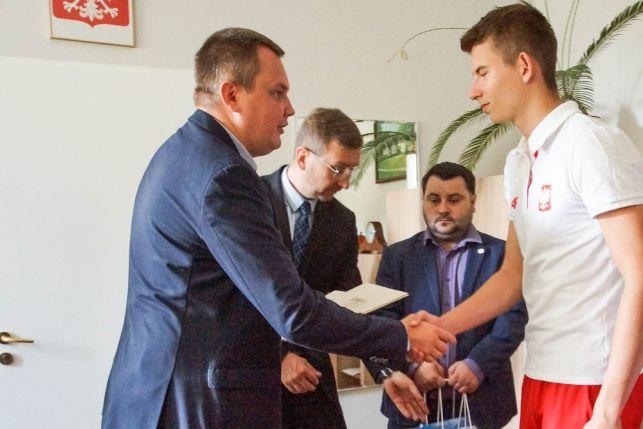 Mistrzowie lekkoatletyki z gratulacjami i umową sponsorską [VIDEO] [FOTO] - Zdjęcie główne