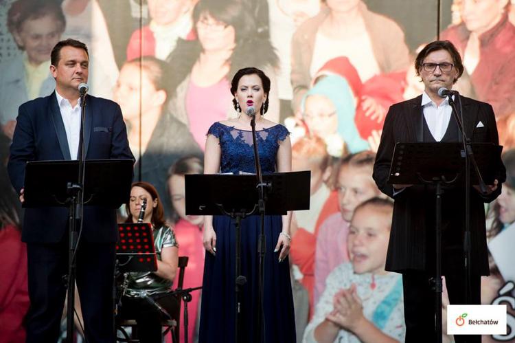 """Zaśpiewali """"Barkę"""" w hołdzie dla Prymasa. Zobacz, jak wyglądał koncert w ogrodach parafialnych [FOTO] - Zdjęcie główne"""