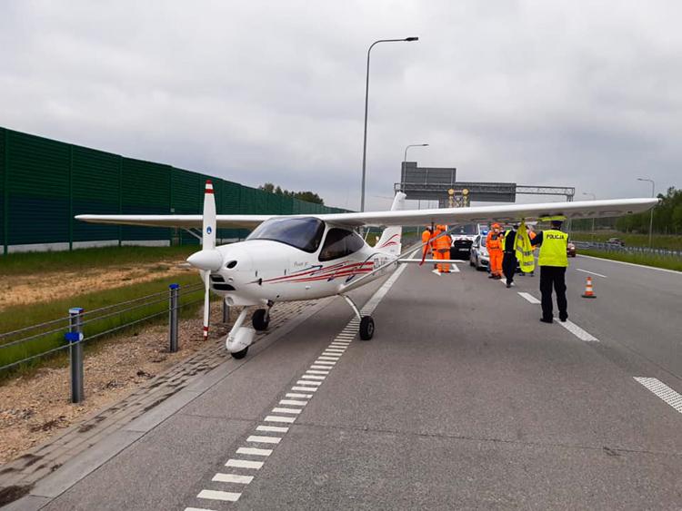 Samolot lądował na autostradzie A1. Utrudnienia na drodze koło Częstochowy [FOTO] - Zdjęcie główne