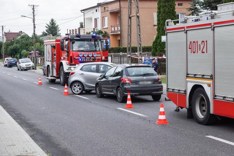 Dwa auta zderzyły się w Grocholicach. Na miejsce wezwano karetkę pogotowia [FOTO] - Zdjęcie główne