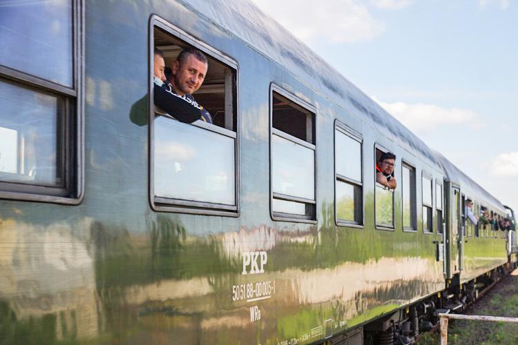 Takiego widoku w Bełchatowie nie było od lat. Pociąg pasażerski przejechał przez miasto  - Zdjęcie główne