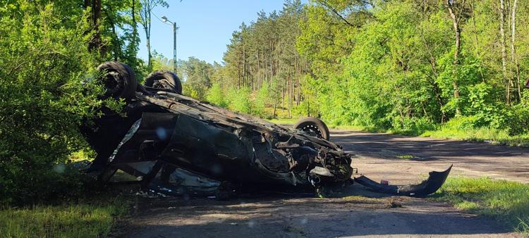 Opel wypadł z drogi i dachował. Policja szuka właściciela pojazdu - Zdjęcie główne