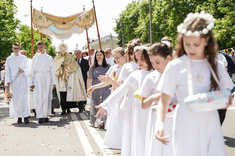 Tłumy bełchatowian na procesji Bożego Ciała w centrum miasta. Zobacz, jak wyglądała uroczystość [FOTO] - Zdjęcie główne