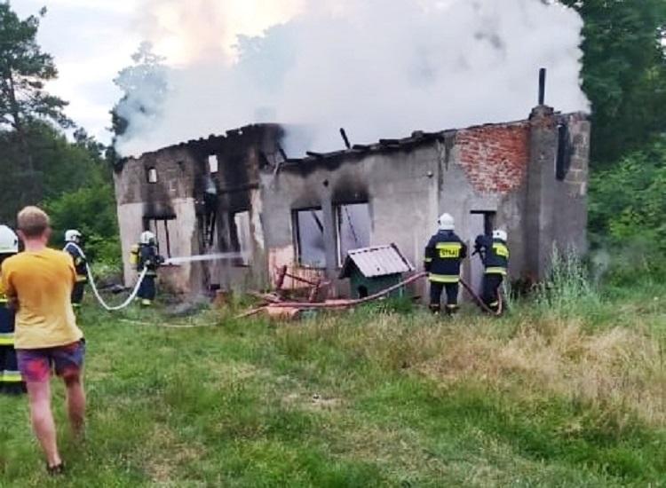 Strażacy gasili pożar budynku w gminie Szczerców. Co było przyczyną?  - Zdjęcie główne