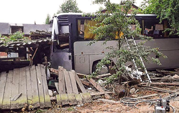 Śmiertelny wypadek! Autobus z pracownikami kopalni uderzył w budynek - Zdjęcie główne