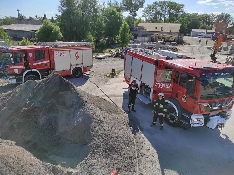 Pożar w betoniarni koło Zelowa. Strażacy wezwani na miejsce [FOTO] - Zdjęcie główne