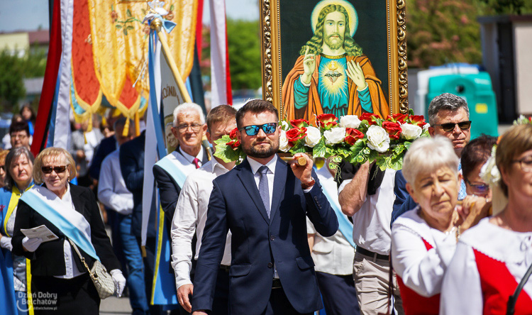 Boże Ciało w parafii NMP Matki Kościoła i św. Barbary. Setki wiernych w procesji na os. Dolnośląskim [FOTO] - Zdjęcie główne
