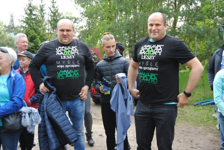 Władze dołączyły do miłośników czystych lasów. Radny sprzątał w garniturze [FOTO] - Zdjęcie główne