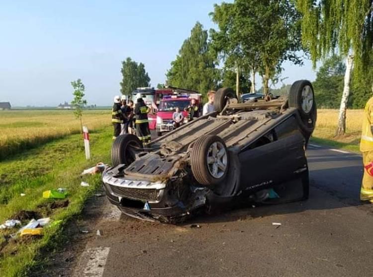 Groźne zderzenie dwóch osobówek, jedno z aut dachowało. 54-latka trafiła do szpitala [FOTO] - Zdjęcie główne