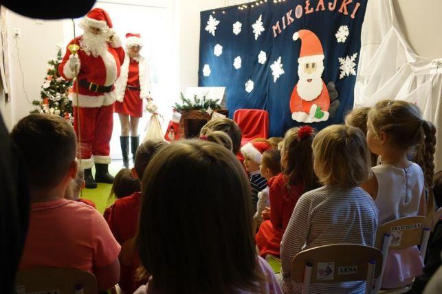 Dzieciaki z przedszkola w Janowie miały okazję wsiąść do sań Mikołaja [FOTO] - Zdjęcie główne