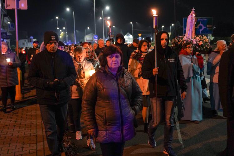 Modlili się na ulicach Bełchatowa. Różaniec Fatimski rozpoczął Dni Papieskie [FOTO] - Zdjęcie główne