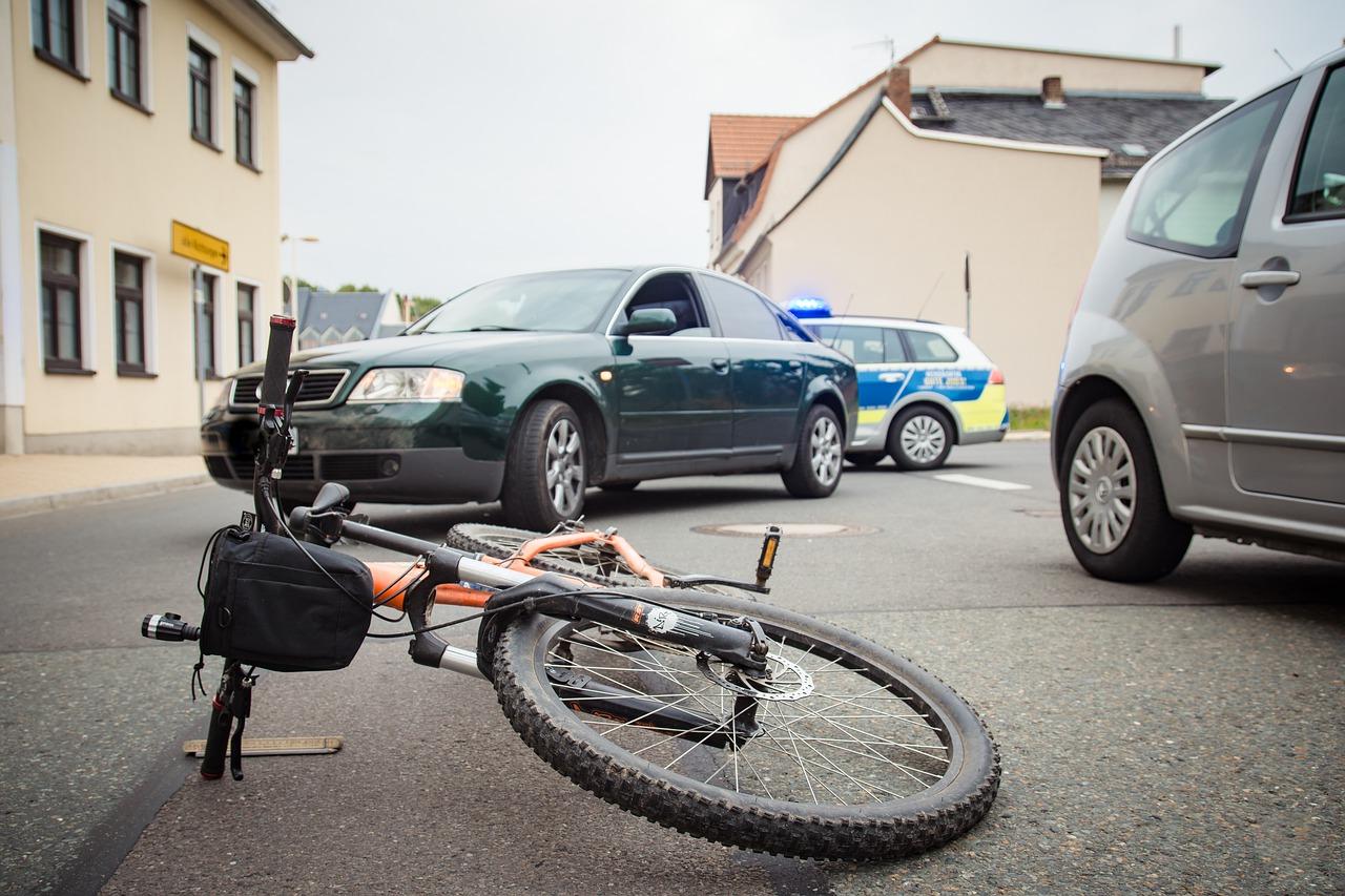 Fragment roweru wbił się w nogę 10-latki. Strażacy musięli ciąć - Zdjęcie główne