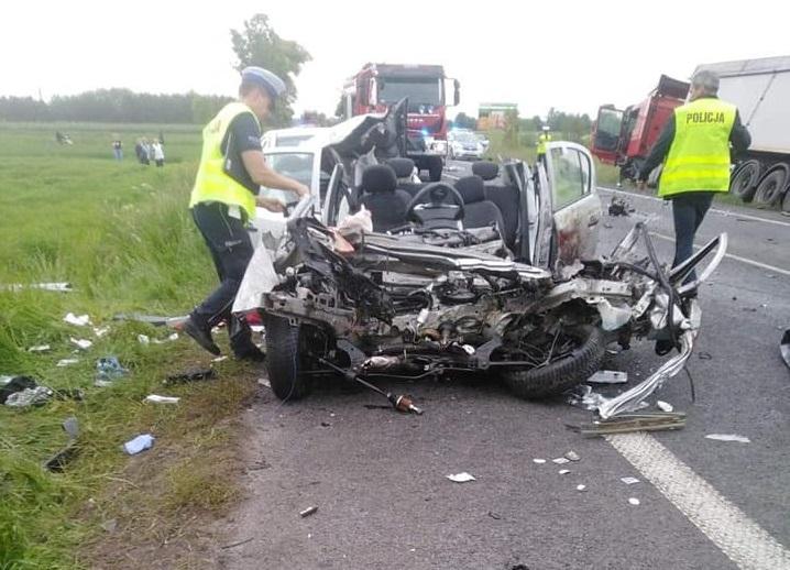 Wypadek koło Ruśca. Kierowca nie żyje, ranne trzy osoby. Śmigłowiec LPR i karetki na miejscu - Zdjęcie główne