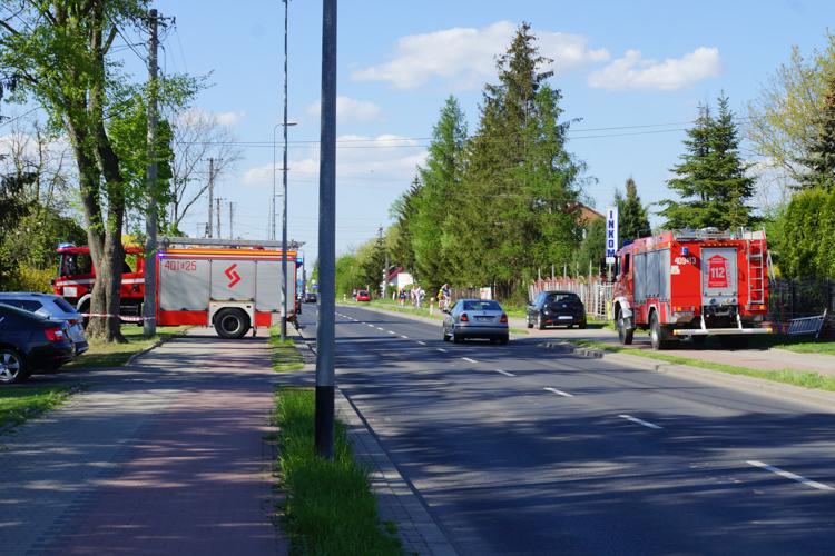 Dwa wozy strażackie na ul. Pabianickiej. Potrzebne było wsparcie Pogotowia Energetycznego [FOTO] - Zdjęcie główne