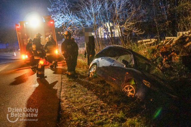 Niebezpiecznie w Myszakach. Auto w rowie, kobieta w szpitalu [FOTO] - Zdjęcie główne
