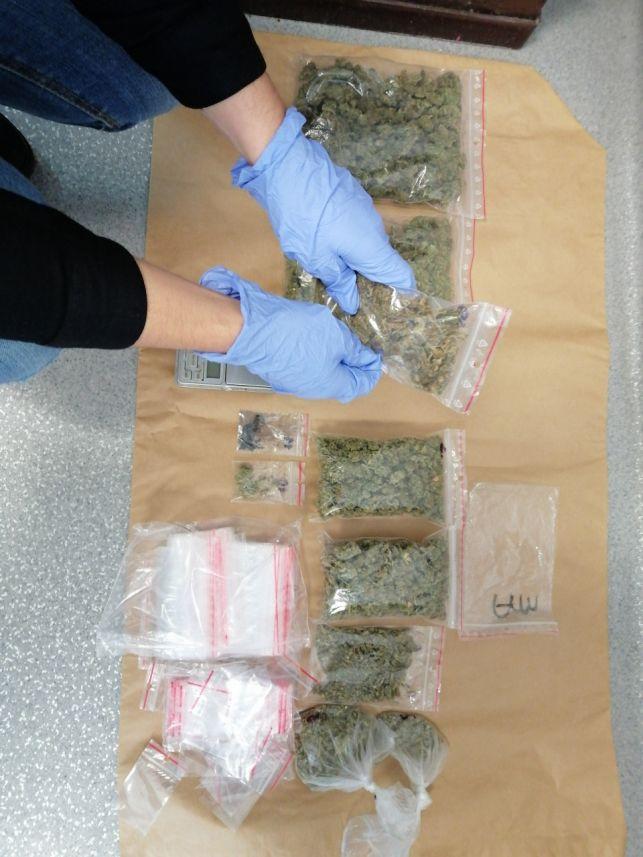 Narkotyki warte ponad 20 tysięcy i nielegalna amunicja w bagażniku. Handlarze w rękach policji [FOTO] - Zdjęcie główne