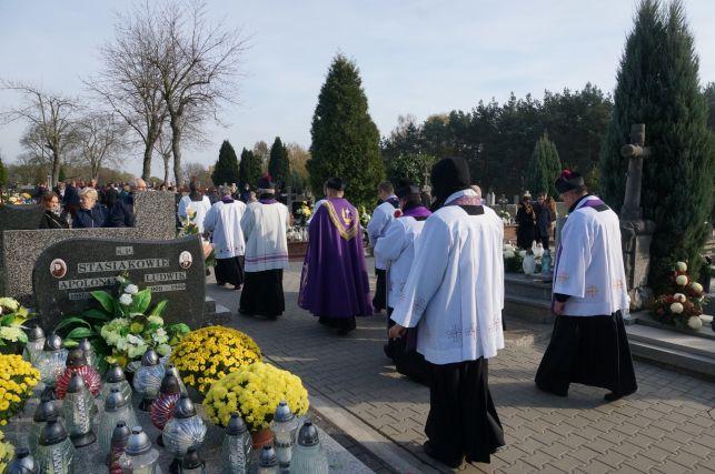 Modląc się przeszli cmentarnymi alejkami [FOTO] - Zdjęcie główne