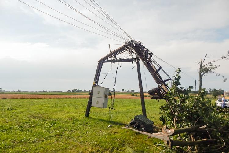 Policzyli straty po ostatnich burzach w Bełchatowie i okolicy. ''Wichura łamała słupy i zrywała linie'' - Zdjęcie główne