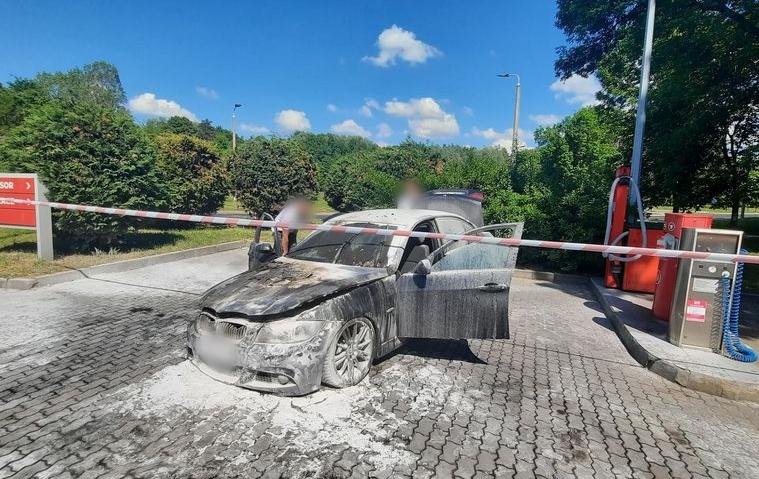 BMW stanęło w płomieniach na stacji benzynowej w Bełchatowie. Wezwano na pomoc strażaków [FOTO] - Zdjęcie główne