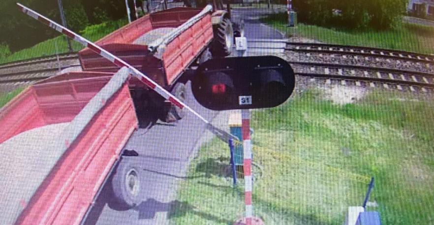 Traktor z naczepami wjechał na przejazd taranując zamknięty szlaban. Jak skończyła się ta historia? - Zdjęcie główne