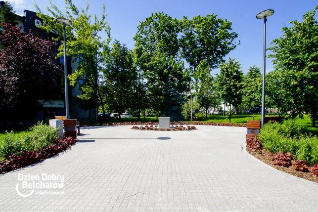 Obelisk upamiętniający ofiary katastrofy smoleńskiej stanie w Bełchatowie. Miejsce już przygotowane - Zdjęcie główne