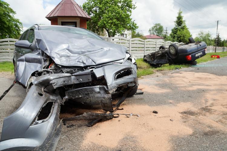 Groźny wypadek koło Zelowa, auto dachowało. Na miejscu karetka, strażacy i policja [FOTO] - Zdjęcie główne