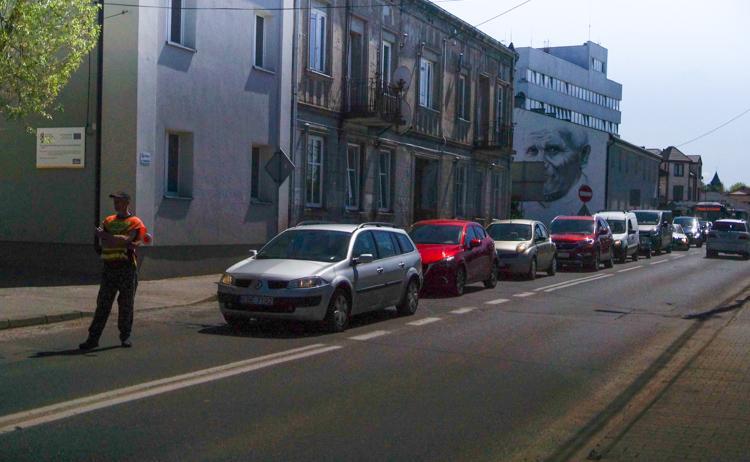 Uwaga kierowcy! Korki przy bełchatowskim rondzie. Trwa naprawa nawierzchni  - Zdjęcie główne