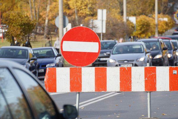 Zablokowana ulica i zmiana trasy autobusów. Jak dojechać na cmentarz? - Zdjęcie główne