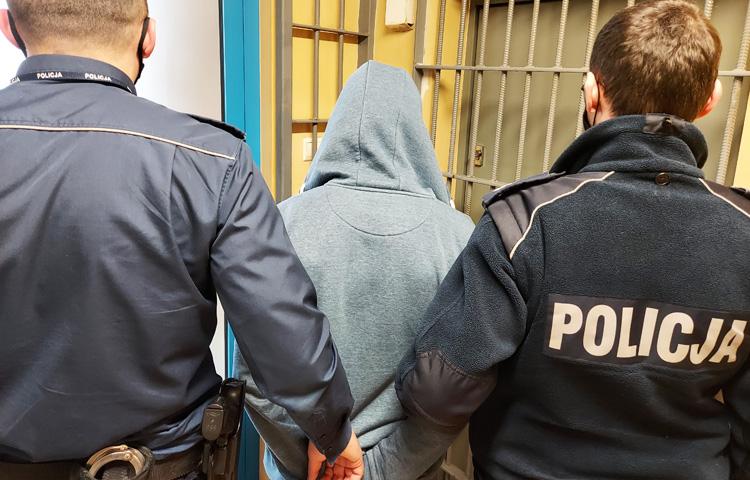 Wszedł do swojego domu balkonem, teraz grozi mu więzienie. Bełchatowscy dzielnicowi dali mu 15 minut - Zdjęcie główne