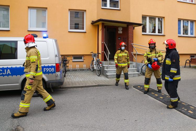 Zaalarmowano, że staruszka leży na balkonie nieprzytomna. Wozy strażackie i policja na os. Dolnośląskim [FOTO] - Zdjęcie główne