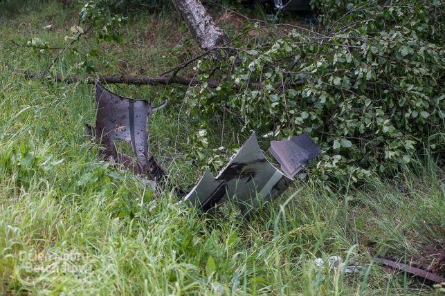 Groźnie na drodze pod Bełchatowem. Zderzenie przy wyprzedzaniu i dachowanie w lesie [FOTO] - Zdjęcie główne