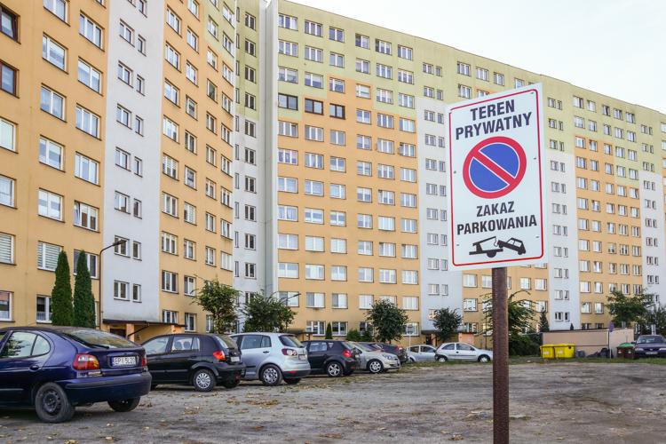 Wojna parkingowa na osiedlu Okrzei. ''To teren prywatny!'' - Zdjęcie główne